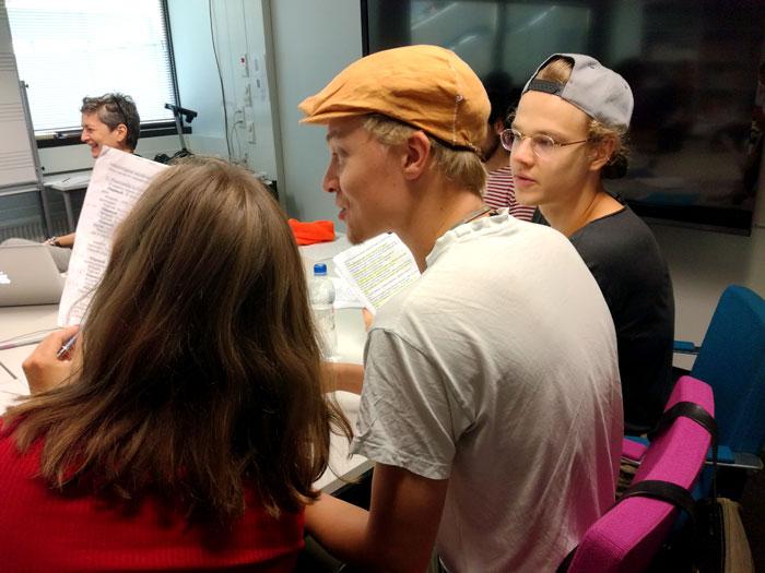 Tampereen yliopiston Teatterityön tutkinto-ohjelman (NÄTY) opiskelijat Santeri ja Samuel harjoituksissa.