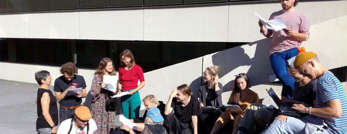 Tampereen yliopiston Teatterityön tutkinto-ohjelman (NÄTY) opiskelijat treenamassa ulkona.