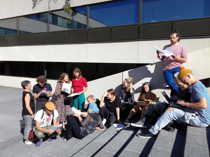 Tampereen yliopiston Teatterityön tutkinto-ohjelman (NÄTY) opiskelijat treenamassa ulkona Vvedenskiä.