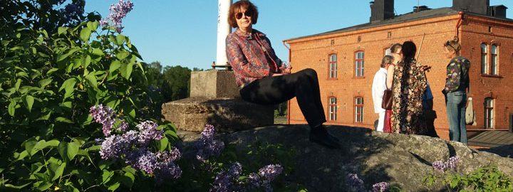 Jelena Tshizhova Suomi-Venäjä-Seuran vieraana Suomenlinnassa keväällä 2018.