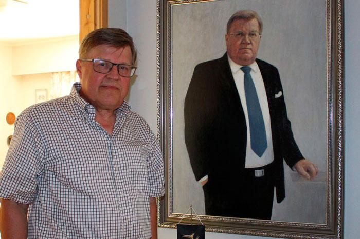Kunnanjohtaja Reijo Timperin muotokuvan on maalannut inarilaistaiteilija Pekka-Hermanni Kyrö.