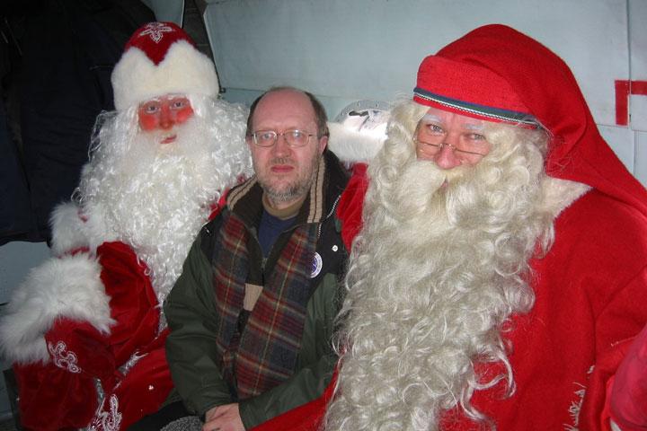 Hannu Viranto (keskellä) pakkasukon ja joulupukin kanssa. Suomi-Venäjä-Seuran blogit
