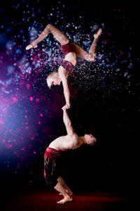 Suomi-Venäjä-Seuran Five Stars Circus -kiertueella esiintyvät sirkustaitelija Pauliina Räsänen ja maailmanmestariakrobaatti Slava Volkov.