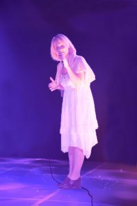 Muusikko Corinne Kuzma säestää Five Stars Circus -esityksiä.