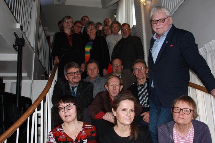 Suomi-Venäjä-Seuran valtuutettuja. Eturivissä vasemmalla valtuuston varapuheenjohtaja Rita Kumpulainen, toisessa rivissä vasemmalla puheenjohtaja Jarmo Lindén, neljännessä rivissä keskellä varapuheenjohtaja Tiina Lepistö.