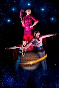 Five Stars Circus esityksen päätähtiä trapetsitaiteilija, akrobaatti Pauliina Räsänen ja klovnit Elena Sadkova ja Aarni Pahajoki.