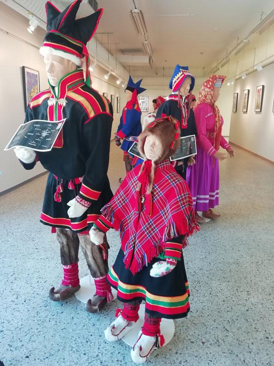 Saamenpukunäyttelyn hahmot katsovat ryhdikkäinä venäläisen Irina Sitdikovan näyttelyteoksia.