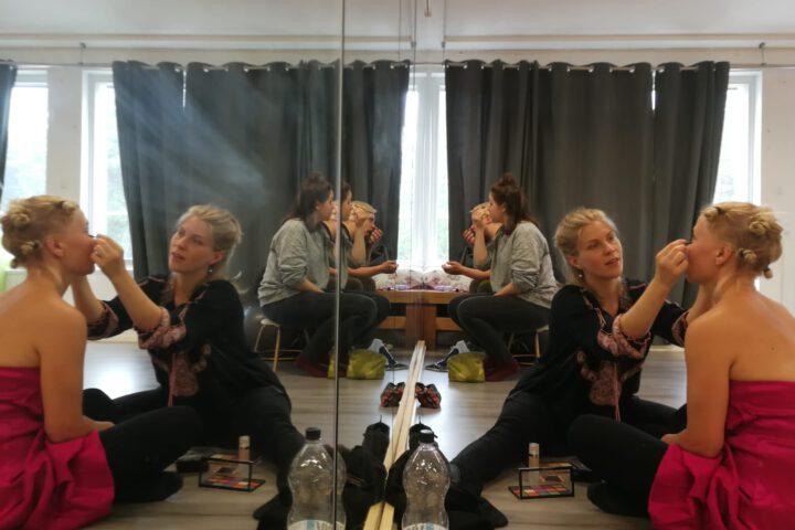 Meikattavana ohjaaja ja näyttelijä Tiia-Mari Mäkinen